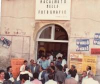 Ingresso alla mostra presso l'auditorium Santa Chiara. Si intravedono Sciascia e Gesualdo Bufalino (Foto P. Tulumello)