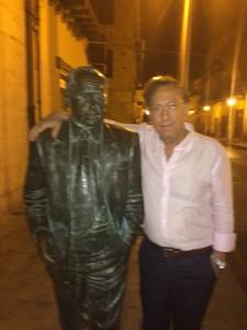 Carlo Barbieri con la statua di Leonardo Sciascia