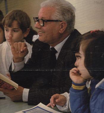 Nicolò Macaluso con i suoi alunni - Scuola elementare Generale Macaluso Foto di Enrica Scalari
