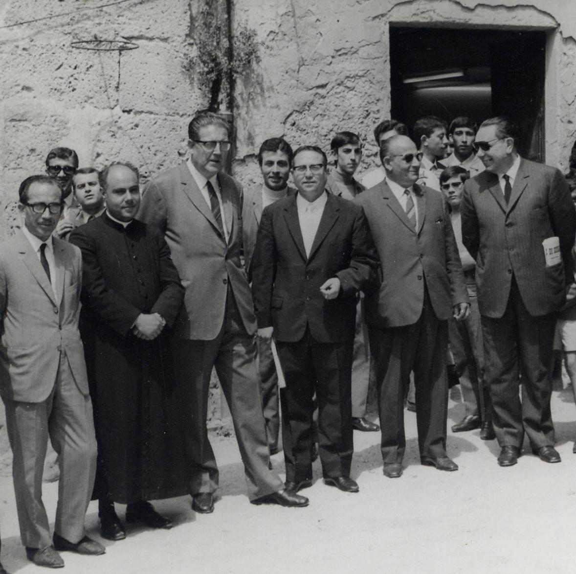 Racalmuto, anni '60-'70. Padre Puma con altre autorità del paese