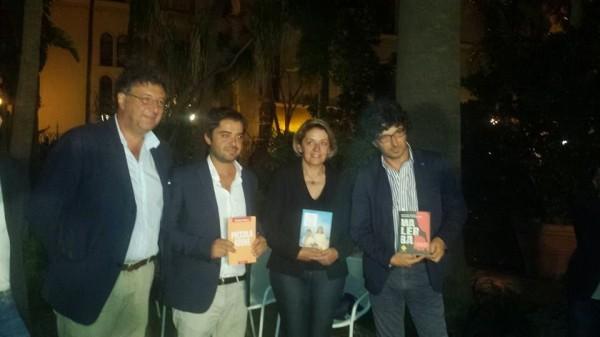 Il presidente della Giuria del Premio Sciascia-Racalmare, Gaetano Savatteri, con i tre finalisti