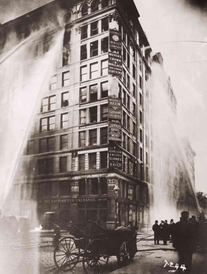 Una foto dell'edificio in fiamme