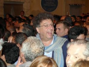 Gaetano Savatteri mentre commenta durante la  diretta la presa del Cilio (Foto Salvatore Alfano)