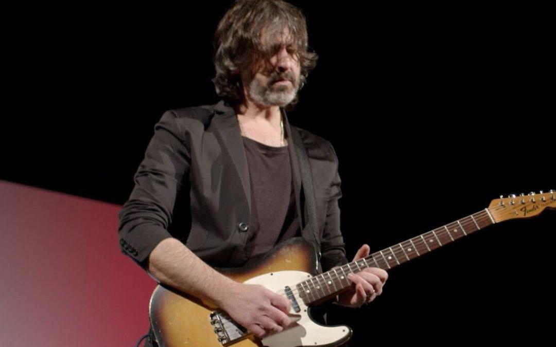 """""""Lasciateci cantare"""". E la chitarra di Osvaldo Lo Iacono squarcia il silenzio del Teatro Pirandello"""