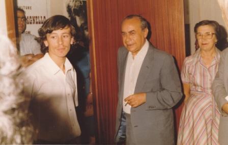 Il giovane scultore con Leonardo Sciascia nel 1985