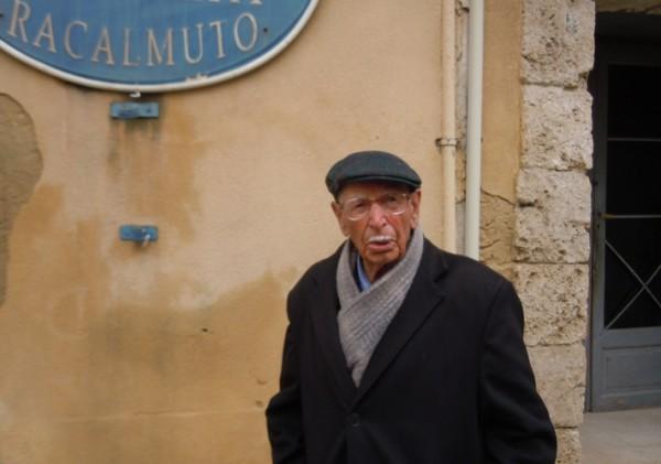 Gaetano Sferrazza davanti il circolo Zolfatai e Salinai