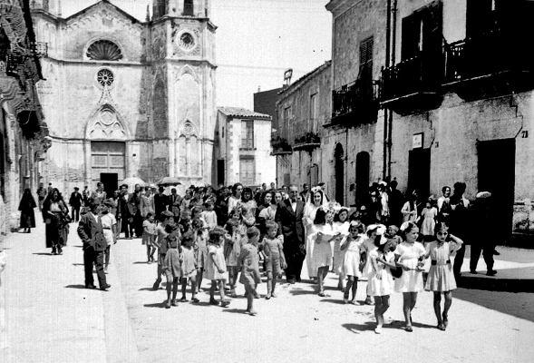 Racalmuto nel 1941. Corteo nuziale in via Garibaldi. Foto pubblicata da Nino Vassallo